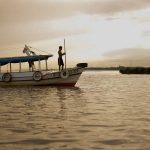 Barca navegando en el río Amazonas