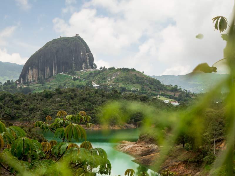 visita el embalse de Guatapé y obtén las mejores vistas de la represa desde la Piedra del Peñol